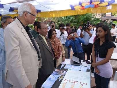 Manisha Mohan (à dir.), uma das estudantes que desenvolveu o projeto Foto: Techmedia / Reprodução