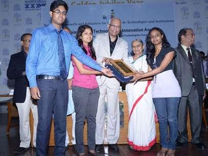 Niladhri Basu Bal, Rimpi Tripathi e Manisha Mohan ganharam prêmio Gandhian Young Technological Innovation Award Foto: Techmedia / Reprodução