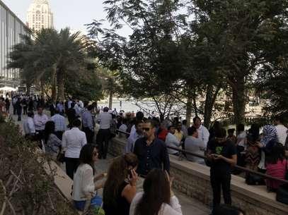Pessoas se aglomeram do lado de fora de prédio evacuado após o tremor ser sentindo em Dubai, nos Emirados Árabes Unidos Foto: Reuters