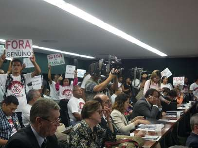 Evangélicos seguram cartazes pedindo a saída de Genoino da Comissão de Constituição e Justiça da Câmara Foto: Luciana Cobucci / Terra