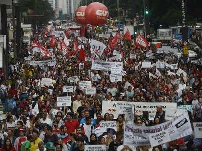 Os manifestantes chegaram a interditar toda a avenida Paulista, mas por volta das 17h a concentração era feita apenas no sentido Consolação Foto: Ricardo Matsukawa / Terra