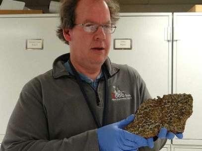 Timothy McCoy gerencia um acervo de 35 mil amostras de meteoritos Foto: BBCBrasil.com