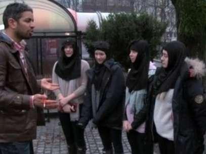 Adolescentes vestiram hijabs e recitaram passagens falsas do Alcorão durante o programa Foto: Vimeo / Reprodução