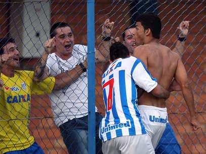 Tauã fez o gol decisivo para o Avaí e tirou a camisa Foto: Cristiano Andujar / Agência Lance