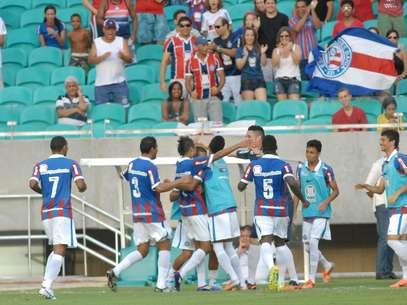 Bahia comemora um dos gols da vitória na Arena Fonte-Nova Foto: Romildo de Jesus / Agência Lance