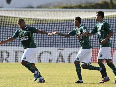 Jogadores do Goiás festejam gol de Walter na vitória contra o Santo André Foto: Alê Cabral / Futura Press
