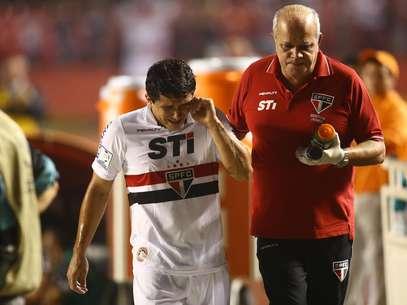 Aloísio se lesionou no primeiro tempo e deixou o gramado chorando Foto: Tom Dib / Agência Lance