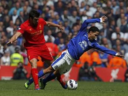 Pienaar e Jose Enrique disputam bola; clássico sem gols em Liverpool Foto: Reuters