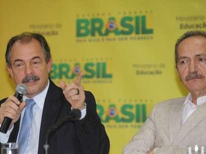 Os ministros da Educação, Aloizio Mercadante (esq.), e do Esporte, Aldo Rebelo, durante lançamento do programa Atleta na Escola Foto: José Cruz / Agência Brasil