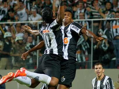 Jô e Ronaldinho comemoram gol do Atlético-MG no primeiro tempo contra o São Paulo Foto: Yuri Edmundo / Gazeta Press