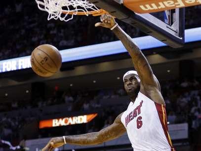 LeBron James se destacou, mas nem foi o cestinha do jogo desta vez Foto: AP