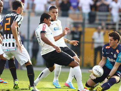 Apesar do vice para o rival Corinthians, goleiro Rafael foi o principal destaque do Santos na última final do Campeonato Paulista Foto: Marcos Bezerra / Futura Press