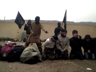 O vídeo mostra um homem encapuzado, que lê um comunicado, e, em seguida, atira nos prisioneiros Foto: AFP