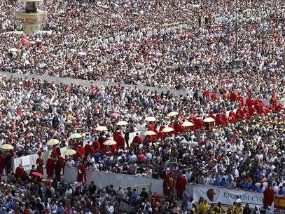 Fiéis se reuniram na Praça de São Pedro Foto: AP