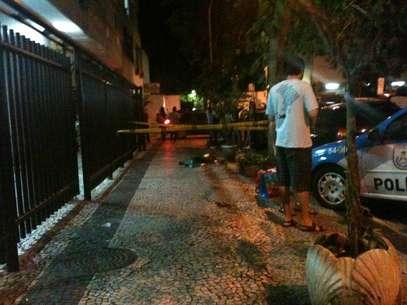 Dois cães foram atirados pela janela do sexto andar de prédio em Copacabana na última quarta-feira, e morreram na hora Foto: Paula Félix / vc repórter