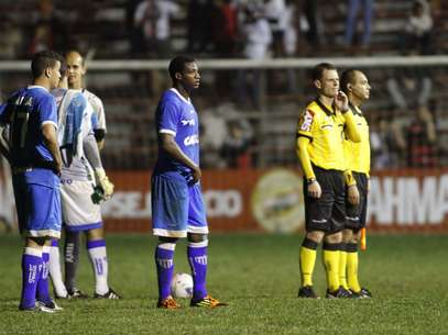 Jogo entre Avaí e Oeste foi interrompido por falta de luz Foto: Jose Luiz Silva / Futura Press