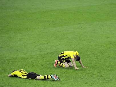 A tristeza pela derrota abate os jogadores do Dortmund Foto: EFE