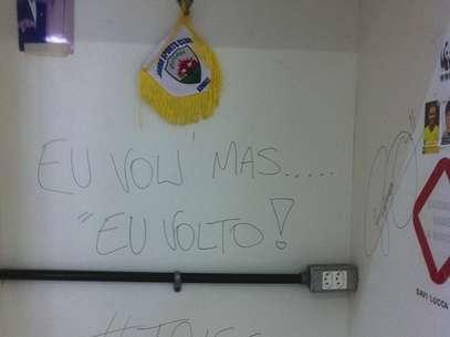 Neymar deixou mensagem na parede do vestiário do Santos Foto: Instagram / Reprodução