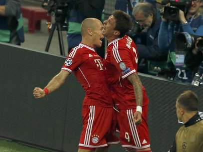 Robben e Mandzukic celebram o gol do título europeu do Bayern de Munique Foto: Reuters
