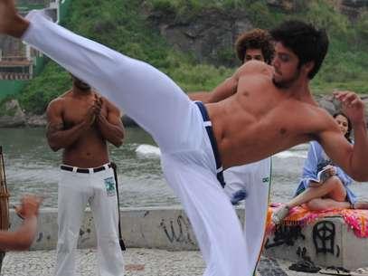 Bruno (Rodrigo Simas) joga capoeira e dá aulas do esporte em 'Malhação' Foto: TV Globo / Divulgação