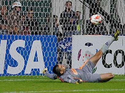 Victor caiu para o lado certo e fez a torcida se emocionar no Horto Foto: Yuri Edmundo / Gazeta Press