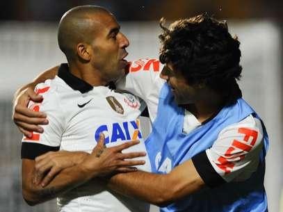 Emerson (à esq.) mostrou estrela e decidiu o jogo em seu primeiro lance Foto: Djalma Vassão / Gazeta Press