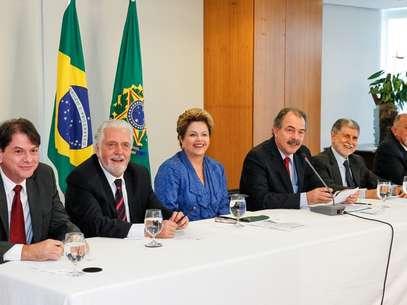 Ao lado de governadores e ministros, Dilma sancionou a criação das novas universidades Foto: Roberto Stuckert Filho/PR / Divulgação