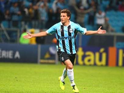 Elano teve que correr para o estacionamento e foi salvo por uma grade Foto: Lucas Uebel/Grêmio / Divulgação