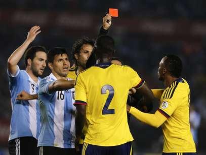 Zapata foi expulso por chutarHiguaín, da Argentina Foto: AP