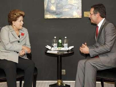 Dilma Rousseff conversa com o líder do Partido Socialista de Portugal, António José Seguro, em um hotel em Lisboa neste domingo Foto: EFE