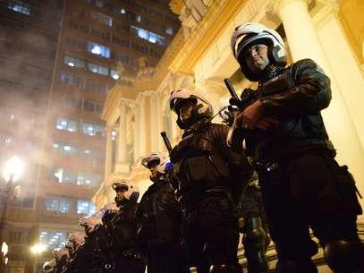 Guardas municipais montam guarda em frente à prefeitura de Porto Alegre Foto: Carlos H. Ferrari / Futura Press