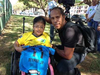 Sarah e o pai, Jorge Luiz, tentam ter acesso a Neymar para um autógrafo Foto: Dassler Marques / Terra
