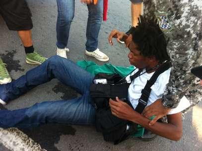 Fotógrafo cai no chão após seratingido por gás lacrimogêneo Foto: Mônica Garcia / Artevista Comunicação, Assessoria e Empreendimentos Culturais Ltda - Especial para o Terra