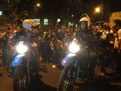 Manifestantes cantaram o Hino Nacional ao passarem por policiais Foto: André Naddeo / Terra