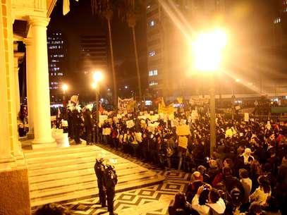 Ontem, milhares voltaram a se reunir em frente à prefeitura da capital gaúcha Foto: Luciano Leon / Franco Guizzetti