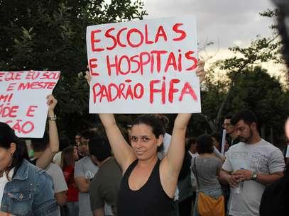 Manifestante ironiza com crítica à Copa do Mundo Foto: Diego Garcia / Terra