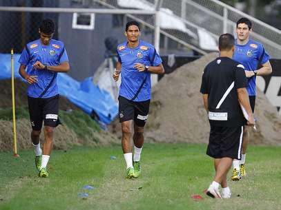 Durval (centro) desistiu de ir para o Sport Foto: Santos FC / Divulgação