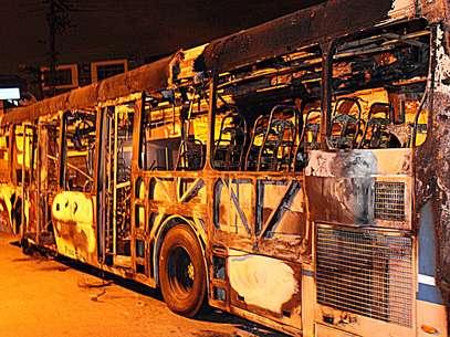 Ônibus foi incendiado durante a madrugada na região do Grajaú, zona sul da capital paulista Foto: Edison Temoteo / Futura Press