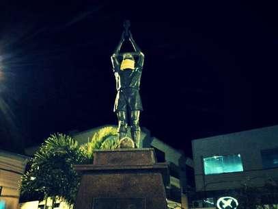 """Estátua de Pelé foi """"amordaçada"""" em protesto em Minas Gerais Foto: Facebook / Pressdigital"""