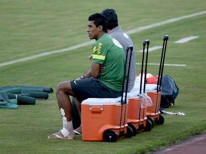 Com torção no tornozelo, Paulinho não enfrenta a Itália Foto: Ricardo Matsukawa / Terra