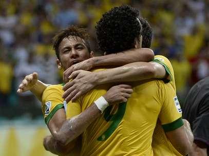 Neymar abraça seus compnheiros; mais umadecisivo Foto: Ricardo Matsukawa / Terra