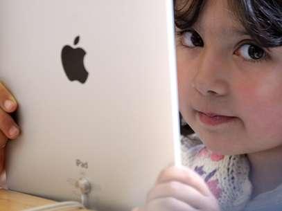 O estudante abre de casa o vídeo no computador, no tablet ou no celular e pode fazer as lições no seu ritmo, além de fazer anotações Foto: Getty Images