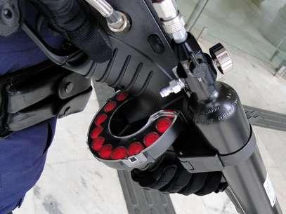 A arma, modelo FN-303, é de fabricação belga, não-letal, e capaz de disparar cinco tipos diferentes de munição: tinta lavável, tinta indelével, pimenta, impacto e impacto com pó inerte. Ela é usada especificamente para o controle de distúrbios Foto: Éder Silva/Guarda Municipal de Campinas / Divulgação