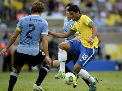 Em seu retorno à Seleção, Paulinho participou do primeiro gol e marcou o segundo Foto: Ricardo Matsukawa / Terra