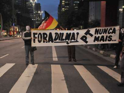 Manifestantes pedem a saída da presidente Dilma Rousseff em protesto na avenida Paulista, em São Paulo Foto: J. Duran Machfee / Futura Press