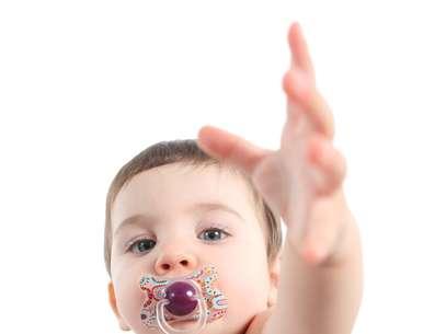 Uma pesquisa da Universidade de Washington, feita com 128 crianças entre 3 e 5 anos de idade, mostrou que tanto o dedo quanto chupetas e mamadeiras alteram o desenvolvimento dos ossos do rosto infantil e atrasam a habilidade de falar Foto: Shutterstock