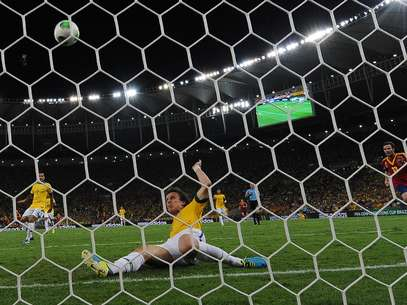 David Luiz levantou a torcida no Maracanã ao salvar um gol em cima da linha no primeiro tempo Foto: AFP