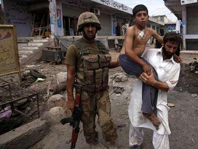 Feridos foram transferidos para um hospital próximo de Peshawar Foto: Reuters