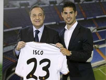 Jovem meia foi contratado do Málaga e recebeu camisa 23 das mãos do presidente Florentino Pérez Foto: Getty Images