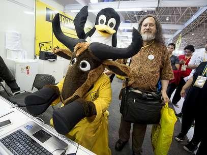 Stalman posa para foto ao lado dos mascotes do software livre Foto: Guilherme Dias / Divulgação